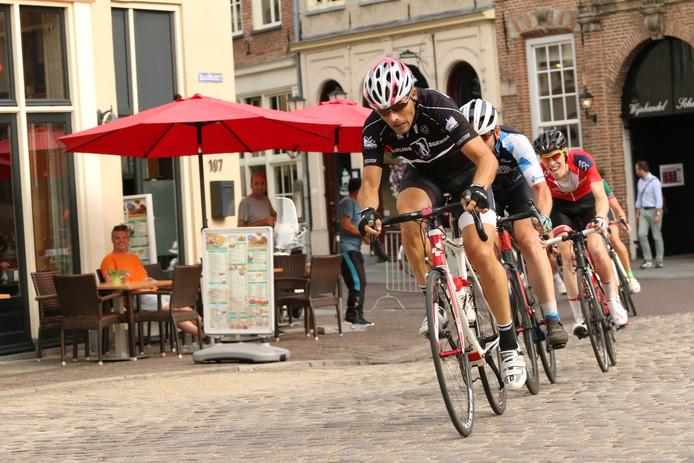 De wielerronde van Zutphen staat bekend om zijn parcours vol kasseien. Dit jaar is de koers voor het eerst in mei in plaats van augustus.