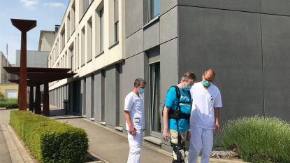 """Ziekenhuis Geel laat als eerste in de Benelux herstellende coronapatiënten revalideren met stapharnas: """"Eindelijk weer in de buitenlucht wandelen, zalig!"""""""