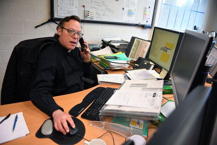 Filip Steeno, van het monnikenklooster naar De Lijn. De ietwat gekke, drummende pater neemt een sabbatjaar en werkt nu op de technische dienst van De Lijn.
