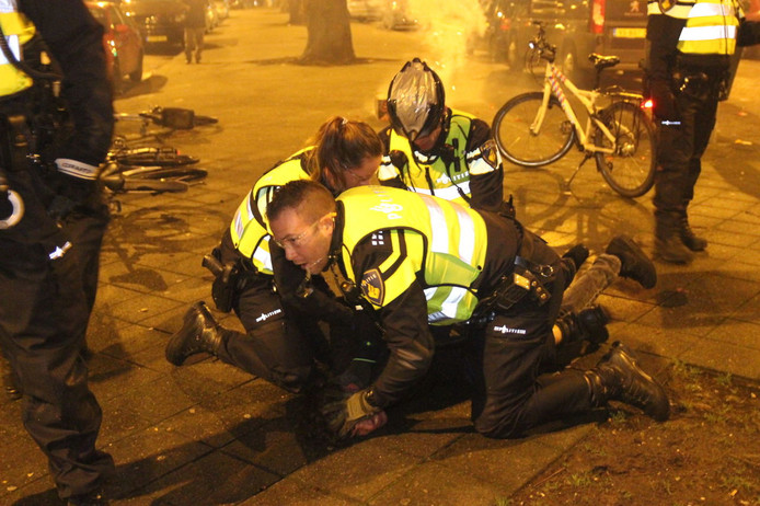 Na een worsteling konden de verdachten worden aangehouden.