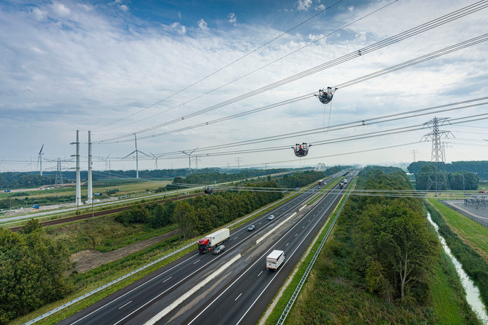 SPIE werkt aan de nieuwe hoogspanningslijn bij Rilland.