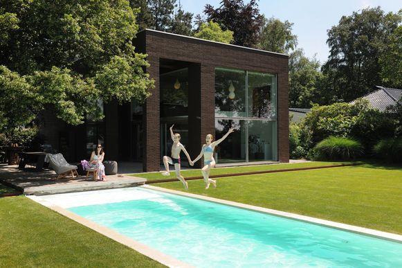 """Filip en Elisabeth moesten kiezen tussen hun voortuin aanleggen of een zwembad in de achtertuin. """"Keuze voor plezier was snel gemaakt."""""""
