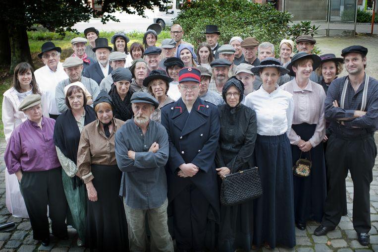 De acteurs en actrices in hun outfit.