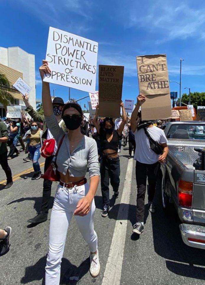 Emily Ratajkowski à une manifestation contre les violences policières à Los Angeles samedi 30 mai.