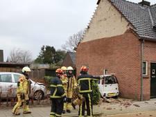 Dubbele pech: gevel waait van woning op auto in Wierden