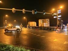 Vrachtwagen ramt auto op kruispunt N348 Raalte