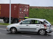Vrachtwagen botst op auto in Zwolle