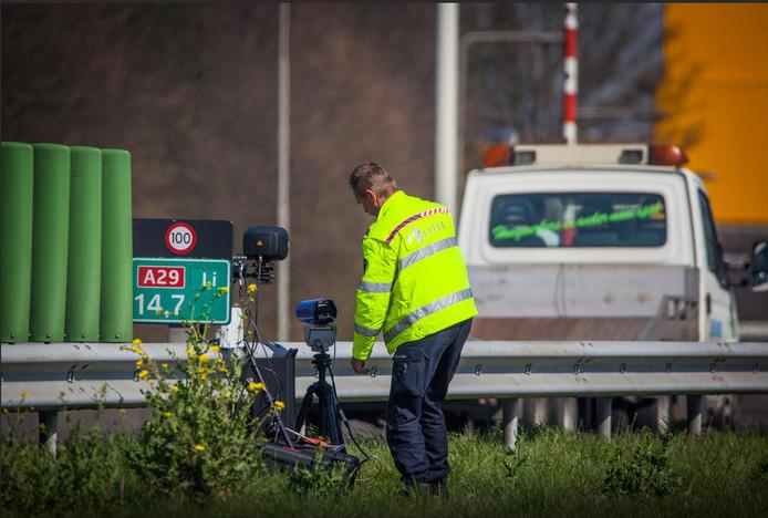 Er is veel te doen om de mobiele flitser die op de A29 bij  Heinenoord is geplaatst.