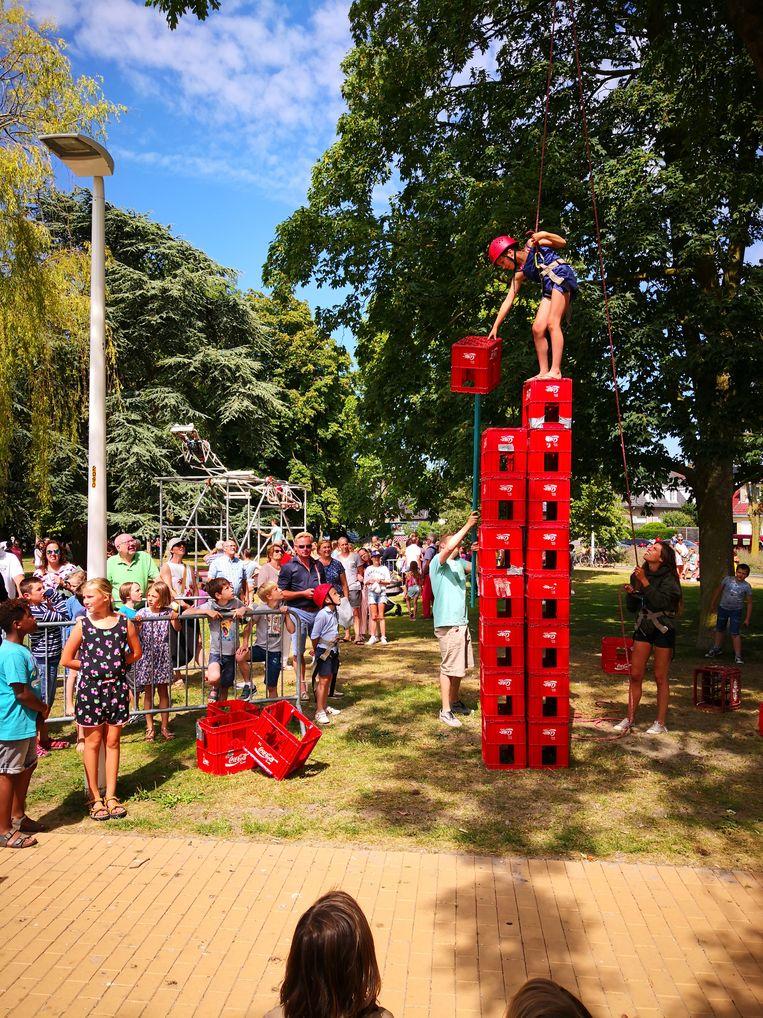 Het Leopold II-park was het decor voor reuzespelen. Dit meisje heeft al een grote bierbaktoren gebouwd