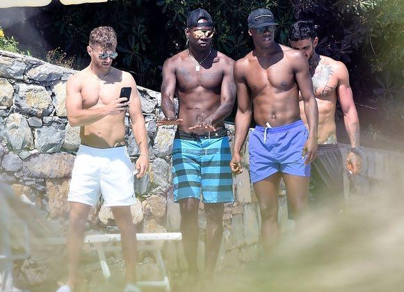 Balotelli met vrienden op vakantie in het zuiden van Italië.