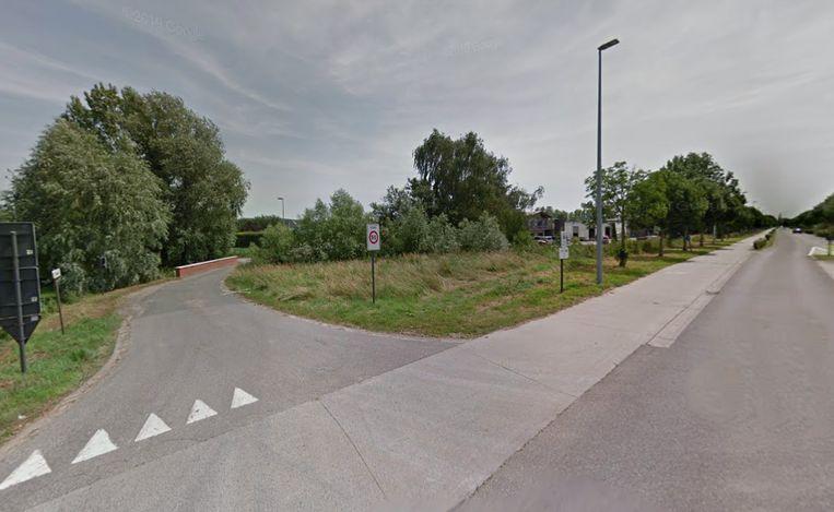 Op dit kruispunt reed de auto de fietser aan.