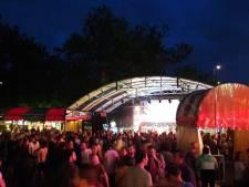 Topdrukte rondom Waalkade, ook Hennes Latin Stage bomvol