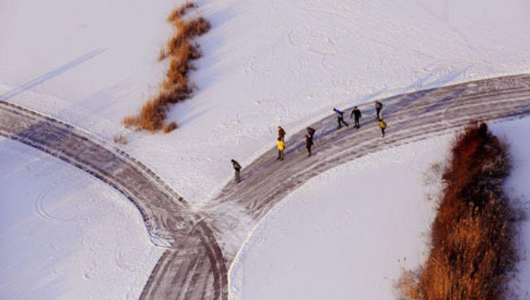 Vroege schaatsers donderdagochtend op de Ankeveense Plassen, waar de plaatselijke schaatsvereniging een baan heeft schoongeveegd. Foto ANP Beeld