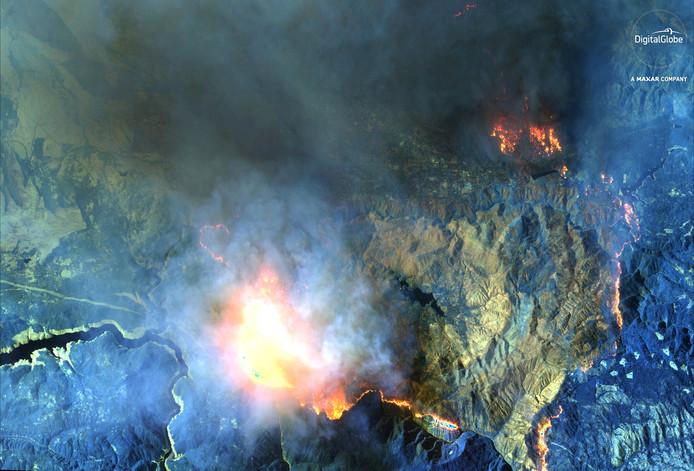 Op een infraroodopname is te zien hoe het vuur in Magalia om zich heen grijpt