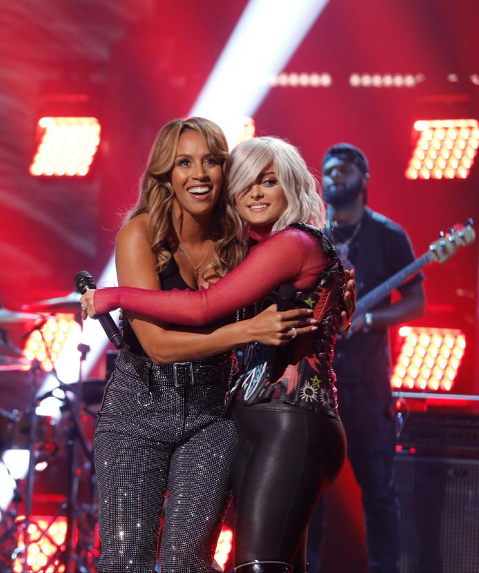 Glennis Grace (links) tijdens de finale op de Amerikaanse televisie.