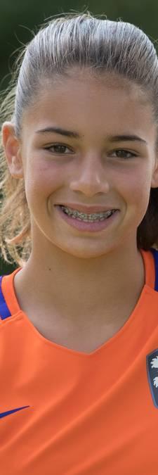 Tara (12) uit Wijhe mag de bal aanreiken bij de EK voetbalfinale