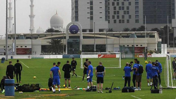 Vitesse traint, met op de achtergrond de Sheikh Zayed moskee, in de Abu Dhabi.