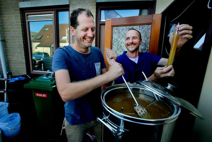 Mart Apon (links) en Arnold Oostrijk brouwen gewoon thuis. In de rubriek Biertje? bezoekt Anton Slotboom elke week een bierbrouwer in de regio.