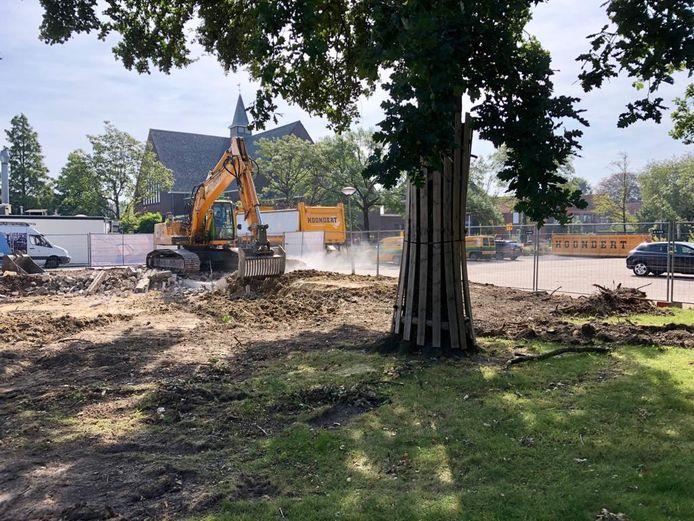 De laatste resten van de woning aan de J.W. Frisostraat worden uit de grond gehaald. Een aantal bomen uit de tuin is in het ontwerp voor het parkeerterrein opgenomen.