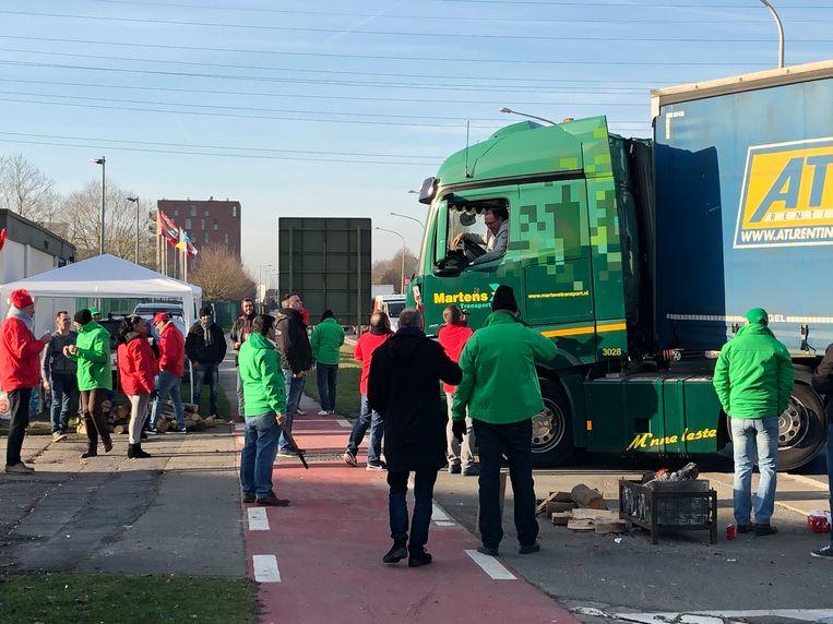 Vrachtwagens worden tegengehouden bij Komatsu.