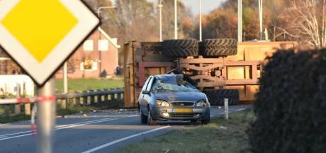 Een dode bij ongeluk met trekker en twee auto's in Oud Gastel