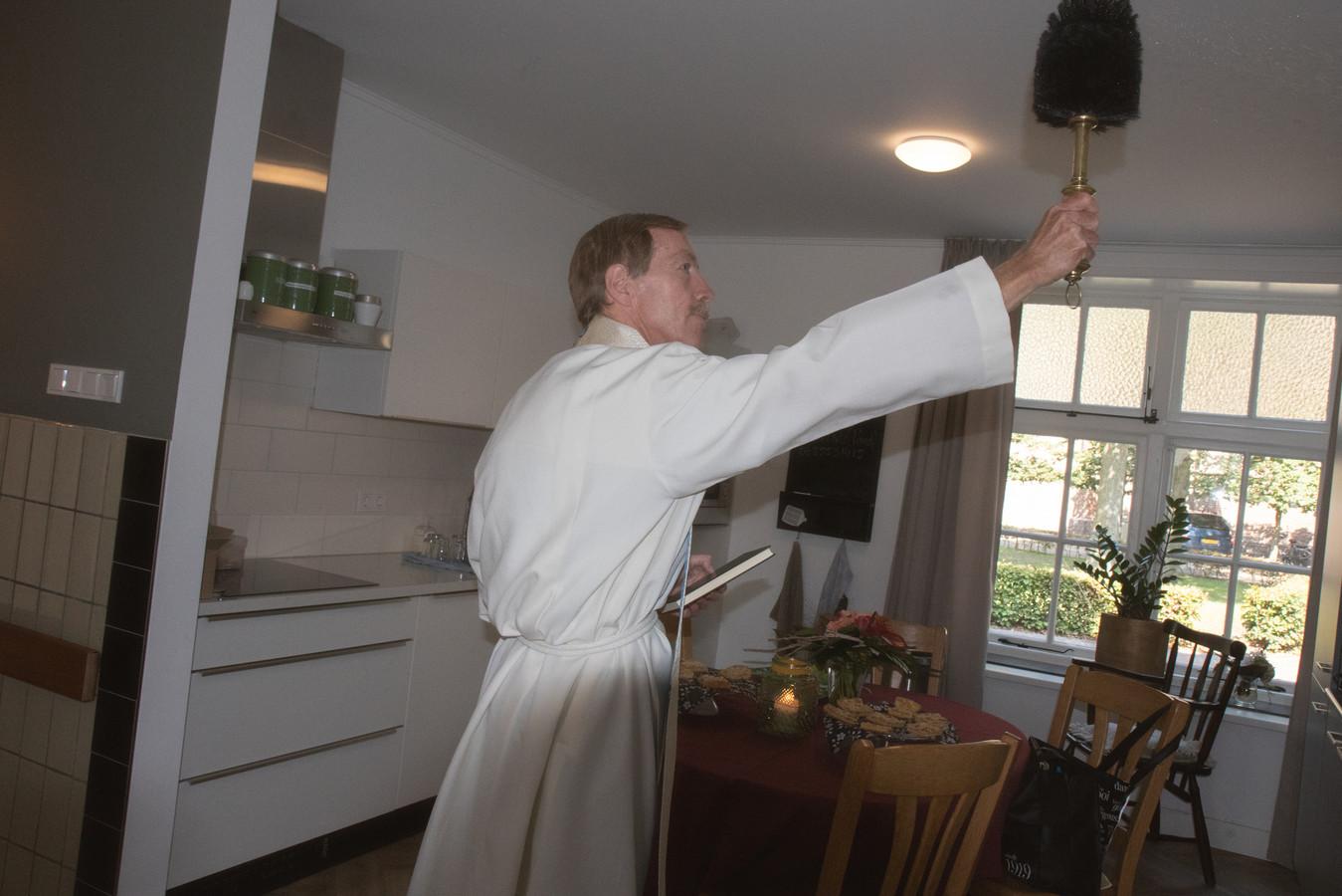 Ook het interieur van De Parel kreeg de zegen van pastoor Norbert van der Sluis.
