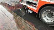 Vrachtwagen beschadigd bij keren: brandstof en olie op de baan