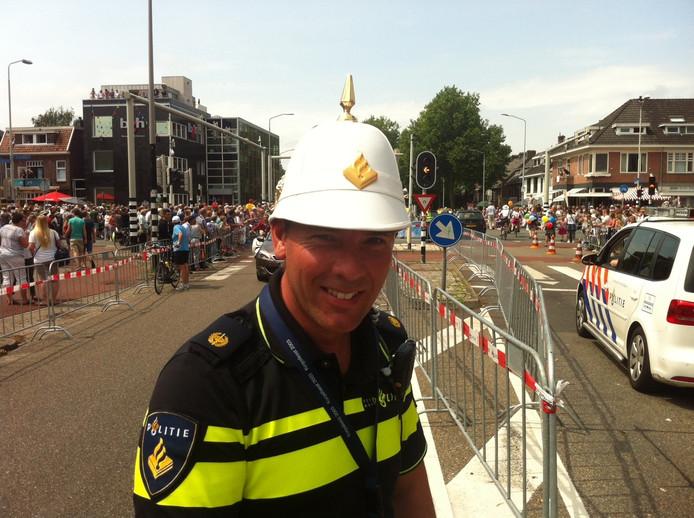Sander Rijkes regelt swingend het verkeer op de St. Annastraat