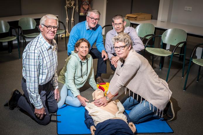 Het bestuur van de 75-jarige EHBO-afdeling RIjssen. Van linksaf: Herman Ligtenberg, Marja Steenbergen Jan Baan , Arjan Aal en Janna Nijhof.