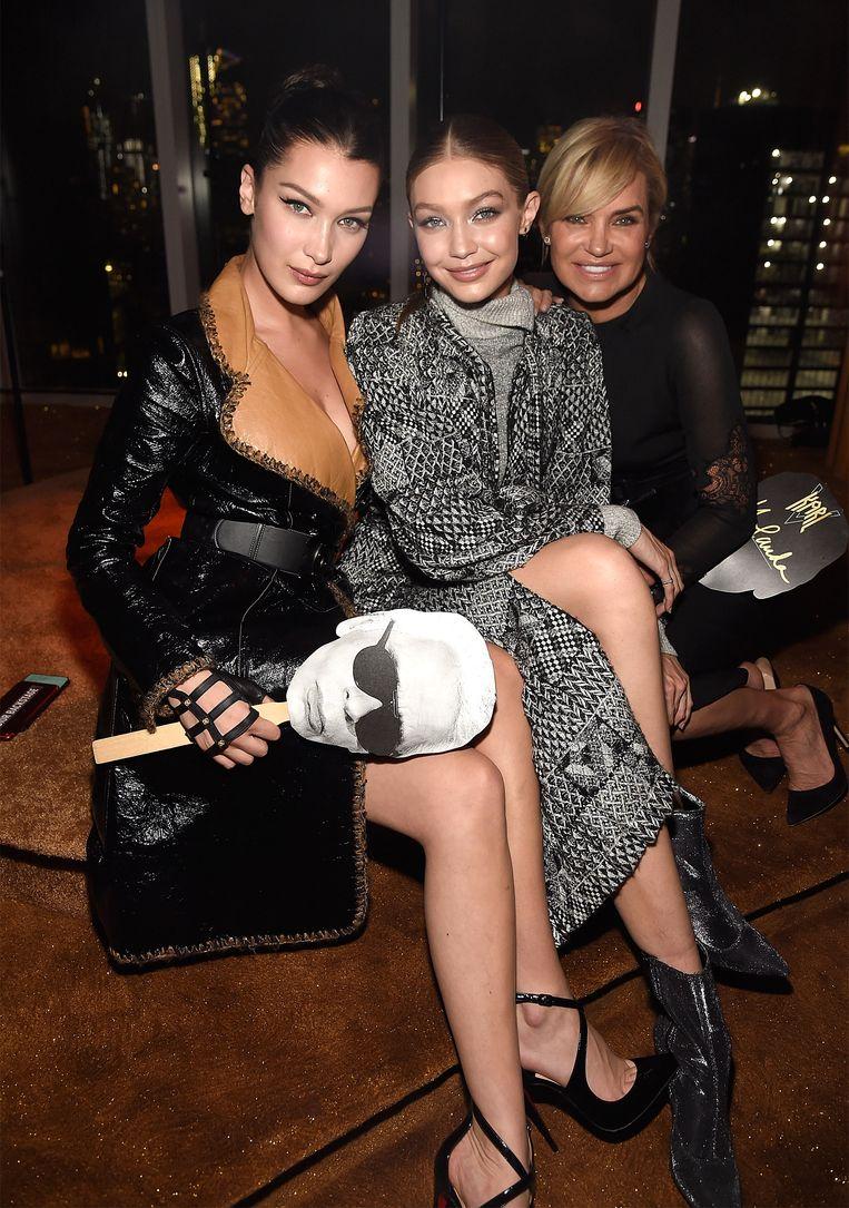 Bella Hadid, Gigi Hadid en Yolanda Hadid. Beeld Getty Images
