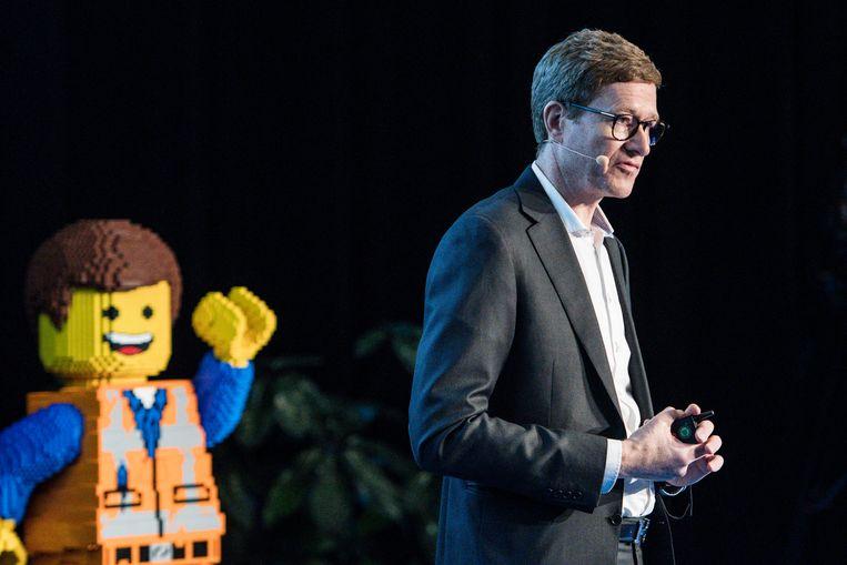 Topman Niels Christiansen presenteert de jaarcijfers van lego in diens thuisstad Billund in Denemarken.  Beeld EPA