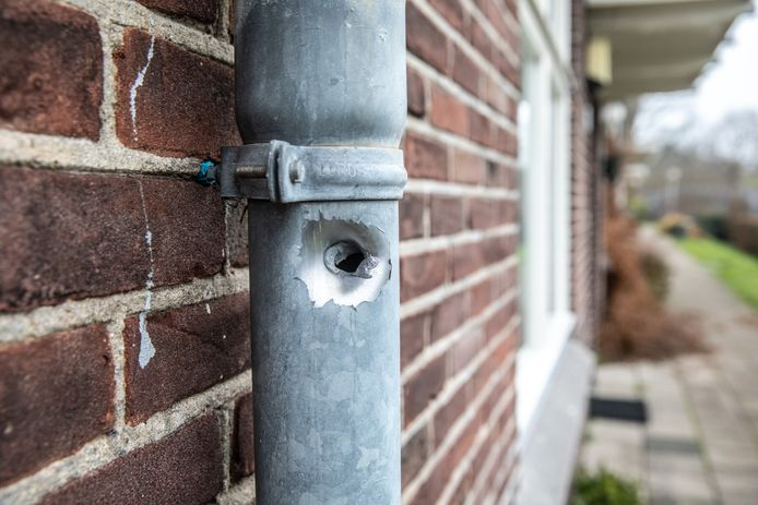 Een kogelgat in de regenpijp herinnert aan de schietpartij aan de Buitengasthuisstraat, waar op oudejaarsavond de 52-jarige Henk W. om het leven kwam. De Zwolse gemeenteraad maakt zich collectief zorgen.