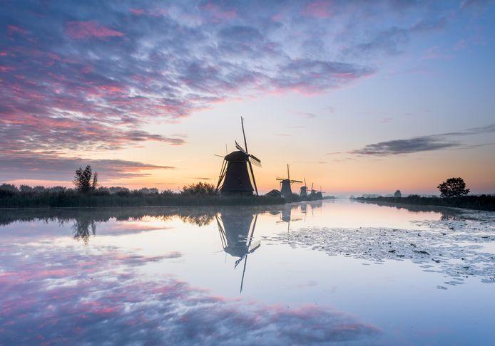 De molens van Kinderdijk tijdens zonsopgang, gistermorgen gezien vanaf de Molenkade.