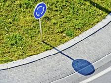 Dronken automobilist reed rechtdoor op rotonde in Dinteloord