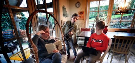 Thuiswerken met vijf kinderen: 'Soms zet ik bewust even die grote koptelefoon op'