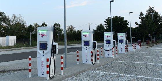 Op vakantie met de e-auto: staatssecretaris pleit voor laadpalen aan de Route du Soleil