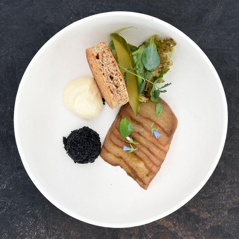 Boekweitblini met in thee gekookte koolrabi en kaviaar van zeewier. Beeld Marcel van den Bergh/de Volkskrant