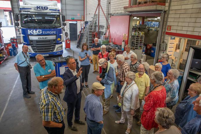 Groep ouderen krijgen rondleiding bij KLG Logistiek in Eersel.