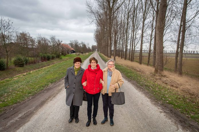 Vrouwen van Nu-voorzitter op Noord-Beveland Nel Timmerman (midden) met twee van de 130 leden: Bella van Oeveren (links, lid sinds 1952) en Martha van Roon (rechts, lid sinds 2018).