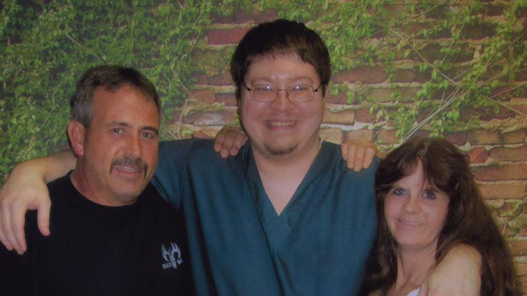 Brendan Dassey (midden) en zijn ouders in het tweede seizoen van 'Making a Murderer'. Beeld Netflix