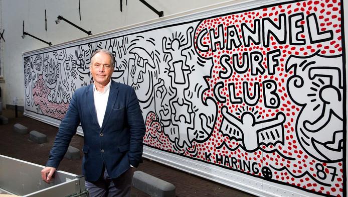 Peter van Beveren bij de replica van de container die Keith Haring beschilderde.