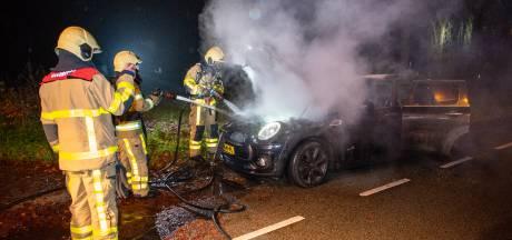 Auto vliegt tijdens het rijden in brand in Twello