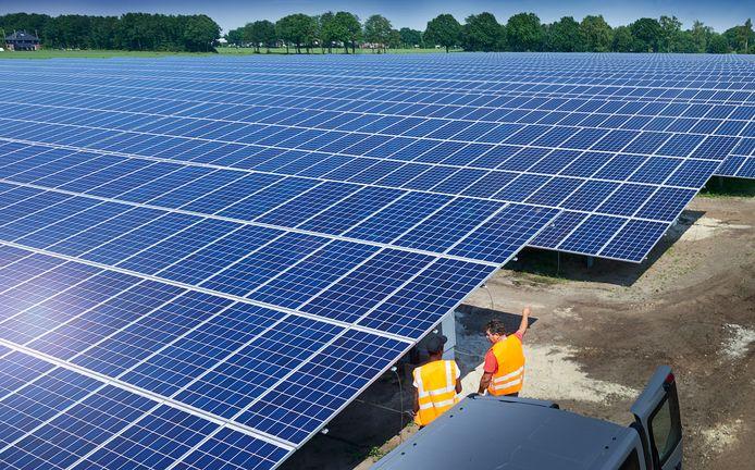 Een veld met zonnepanelen tegenover vliegbasis Volkel.