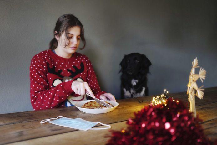 Alleenstaanden - ook met een hond - mogen twee mensen uitnodigen op het kerstdiner, maar steeds meer Vlamingen zeggen openlijk er hun voeten te zullen aan vegen.