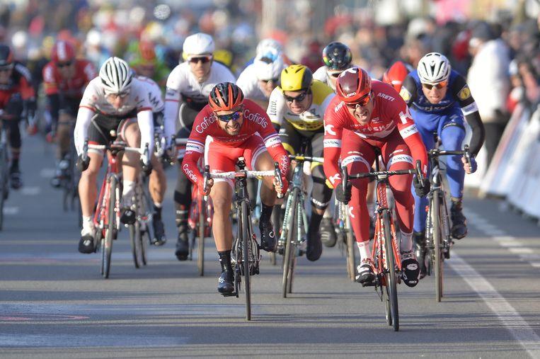 Alexander Kristoff en Nacer Bouhanni sprinten voor de tweede plaats. Beeld belga