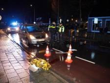 Man in Ommen wil straat oversteken, maar wordt geschept door auto en raakt ernstig gewond