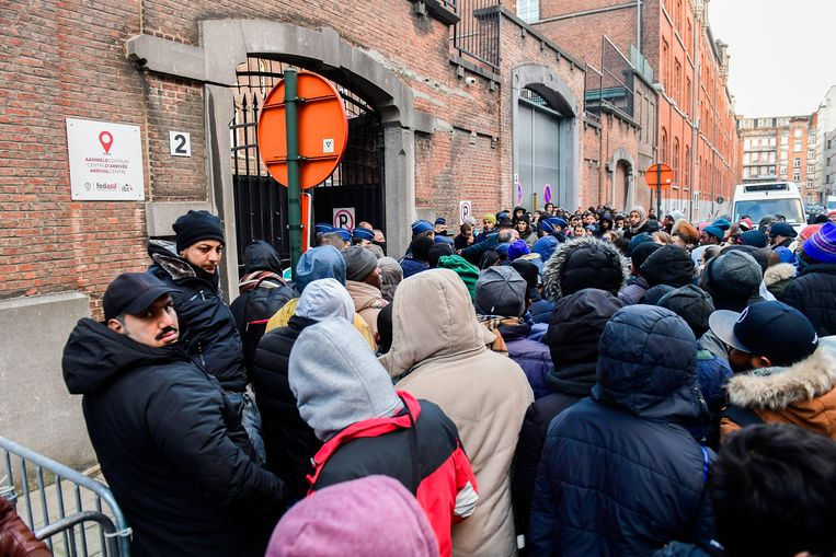 Welgeteld 20 minuten gingen de poorten gisterochtend open. 116 asielzoekers geraakten binnen, vele tientallen anderen niet.