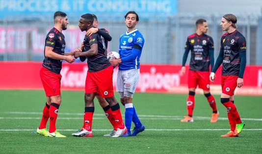 Ahmad Mendes Moreira stapt van het veld na racistische spreekkoren van de Den Bosch-fans.