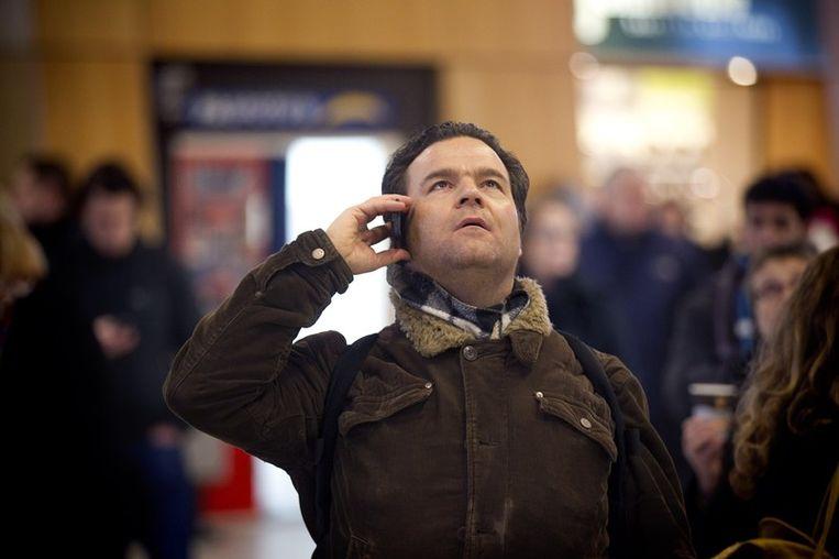 Gestrande treinreizigers kijken naar de informatieborden op Utrecht Centraal. Beeld anp