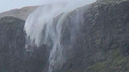 Deze waterval stroomt omhoog